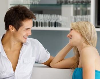 Мужчина и женщина смеются