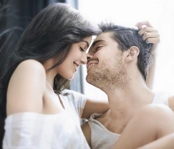 Мужчина и женщина улыбаются и смотрят друг на друга