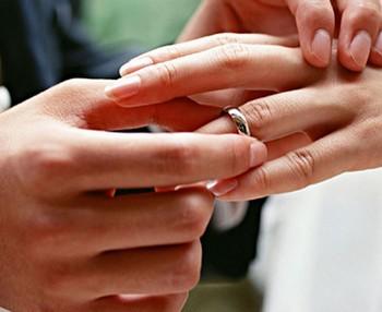 Мужчина одевает кольцо на палец