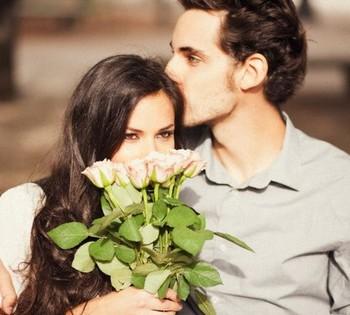 Мужчина подарил женщине букет белых роз