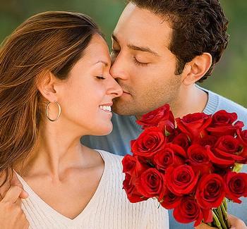 Мужчина подарил женщине букет красных роз