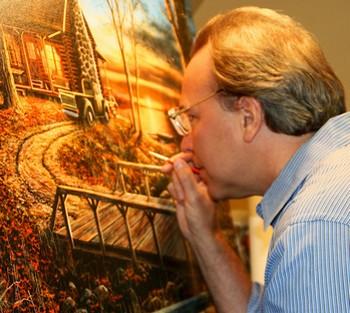 Мужчина рисует картину