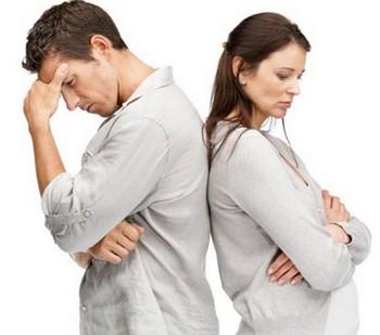 Обиженные друг на друга мужчина и женщина