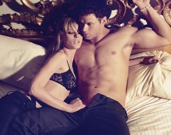 Парень и девушка лежат в кровати