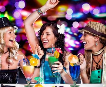 Три веселых девушки в клубе