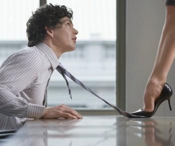 Женщина наступила на галстук мужчине