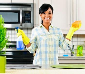 Женщина наводит порядок на кухне