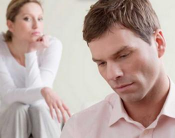 Женщина подозрительно смотрит на мужчину