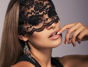 Женщина в черной кружевной маске