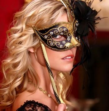 Женщина в маскарадной маске