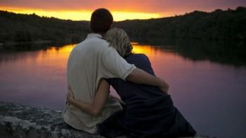 пара любуется закатом