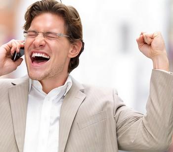 Человеку сообщили хорошую новость по телефону