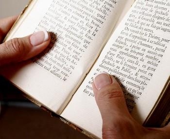 Чтение книги на латыни