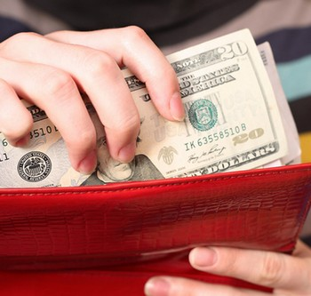 Деньги в красном кошельке