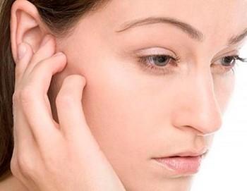 Девушка чешет ухо