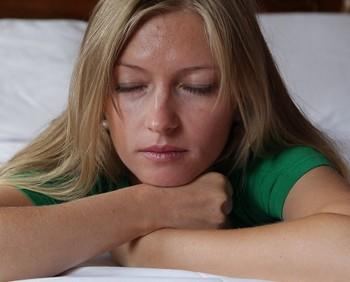 Девушка думает с закрытыми глазами