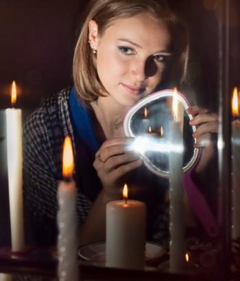 Девушка проводит обряд с зеркалом