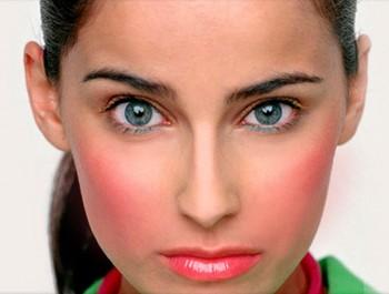 Девушка с красными щеками