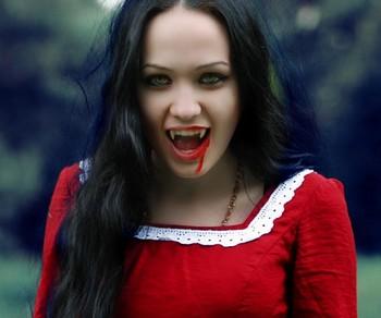 Девушка вампир в красном платье