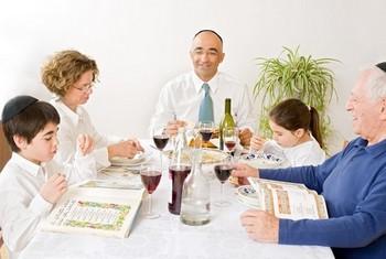 Еврейская семья за столом