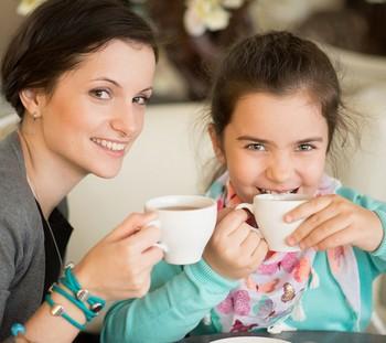 Мама с дочкой пьют чай
