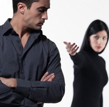Мужчина отвернулся от женщины