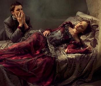 Мужчина возле кровати умирающей женщины