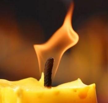 Неровное пламя свечи