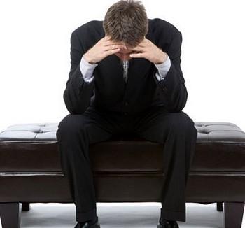 Расстроенный мужчина сидит на кушетке