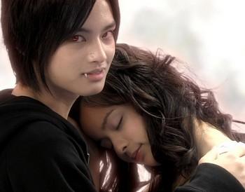Вампир обнимает девушку