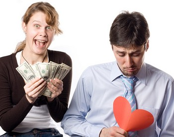 Веселая девушка с деньгами и грустный парень с бумажным сердцем