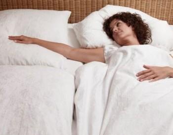Женщина одна в постели