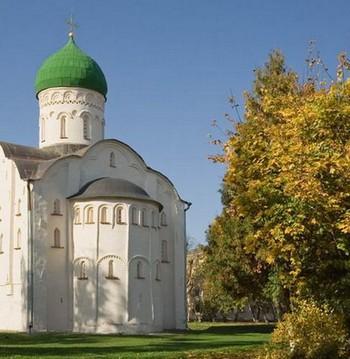 Церковь и деревья рядом