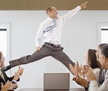 Мужчина прыгает вверх