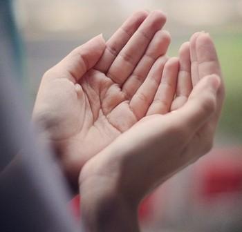 Женщина сложила руки для молитвы