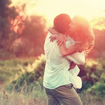 Мужчина и девушка обнимаются на природе