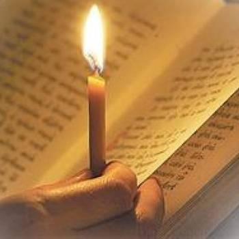 Свеча на фоне книги