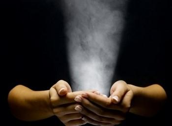 Белый свет из рук