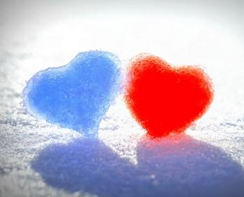 Голубое и красное сердечко на снегу