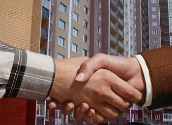 Рукопожатие на фоне многоэтажного дома