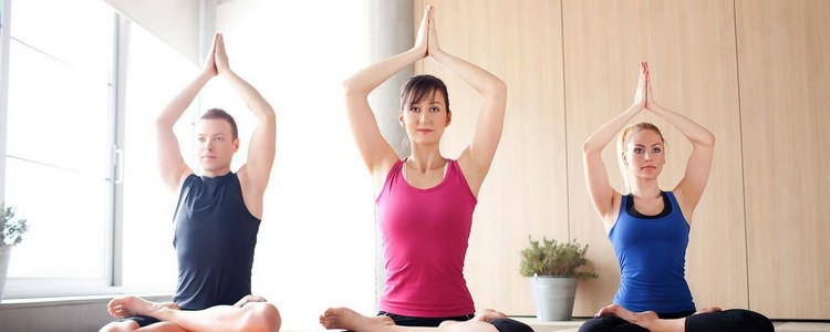 выполнение комплекса из йоги