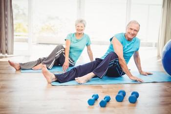 пенсионеры выполняют упражнения йоги