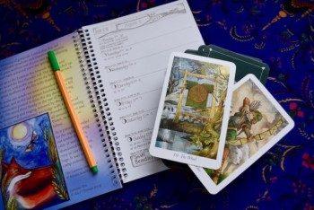 блокнот и карты Таро