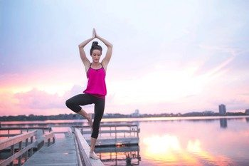 йога на восходе солнца